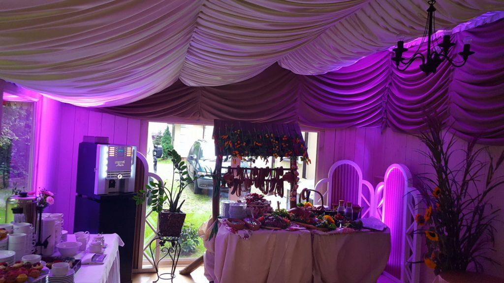 Dekoracja światłem wiejskiego stołu oraz Miejsca ze słodyczami, kawą i herbatą.